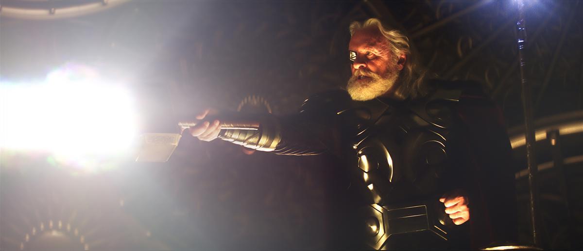 Thors hammer schlägt an anderer stelle auf der erde ein und erzeugt