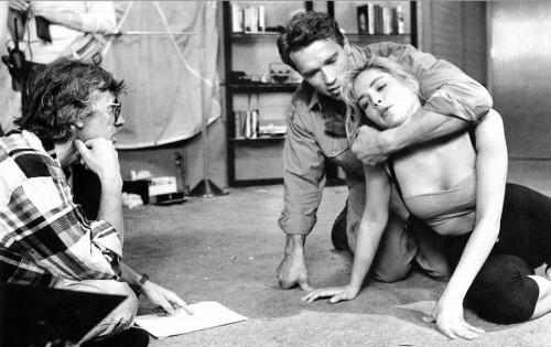Paul Verhoeven, Arnold Schwarzenegger und Sharon Stone am Set von Total Recall