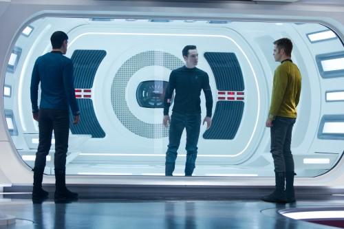 (Von links nach rechts) Zachary Quinto als Spock, Benedict Cumberbatch als John Harrison und Chris Pine als Kirk in STAR TREK INTO DARKNESS von Paramount Pictures und Skydance Productions. Photo Credit: Zade Rosenthal, © 2012 Paramount Pictures. All Rights Reserved.