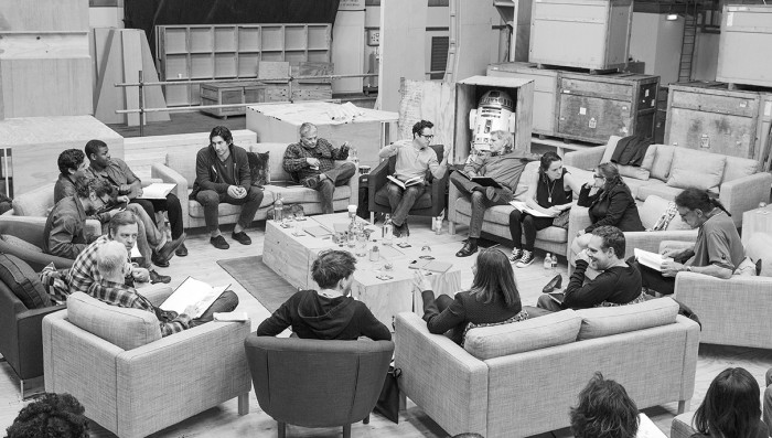 29. April, Pinewood Studios UK: Drehbuchautor/Regisseur/Produzent J.J. Abrams (oben Mitte) und die Schauspieler bei der Leseprobe zu Star Wars: Episode VII mit Harrison Ford, Daisy Ridley, Carrie Fisher, Peter Mayhew, Produzent Bryan Burk, Lucasfilm Präsidentin und Produzentin Kathleen Kennedy, Domhnall Gleeson, Anthony Daniels, Mark Hamill, Andy Serkis, Oscar Isaac, John Boyega, Adam Driver und Drehbuchautor Lawrence Kasdan (im Uhrzeigersinn von rechts). Copyright und Photo Credit: David James. Lucasfilm Ltd. & TM. All Rights Reserved.