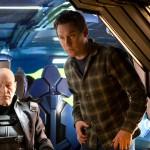 Professor Charles Xavier (Patrick Stewart) und Regisseur Bryan Singer – © 2014 Twentieth Century Fox