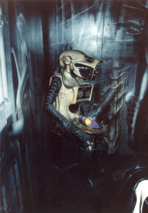 Astronaut, Android, Wächter? Im Wohnzimmer sitzt diese Plastik eines Biomechanoiden als Obsthalter. Das Gesicht bildet eine antike Kamera.