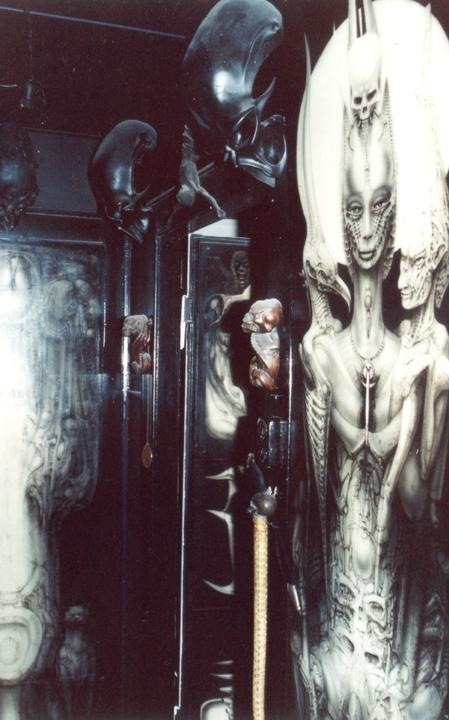 Kaum öffnet sich die Eingangstür, umfängt den Besucher ein obskurer Kosmos. Bemalte Türen und Wände, schwarze Schädelplastiken, auf dem Kopf stehende Kruzifixe und Dämonenskulpturen zieren Flure und Toilettentüren.