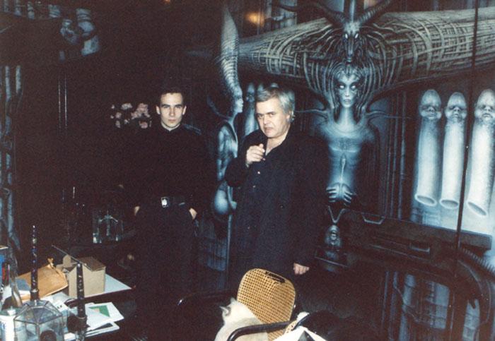 Mit H.R. Giger vor dem Wand-Triptychon »The Spell IV«