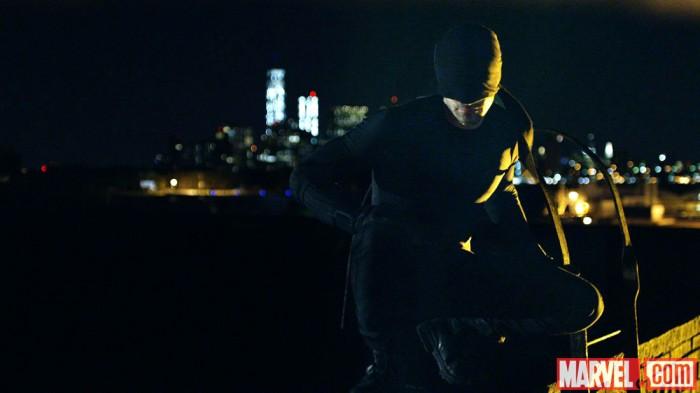 Dardevil (Charlie Cox) im Kostüm nachts unterwegs